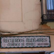 Cartel cerámico en una tienda de Teruel
