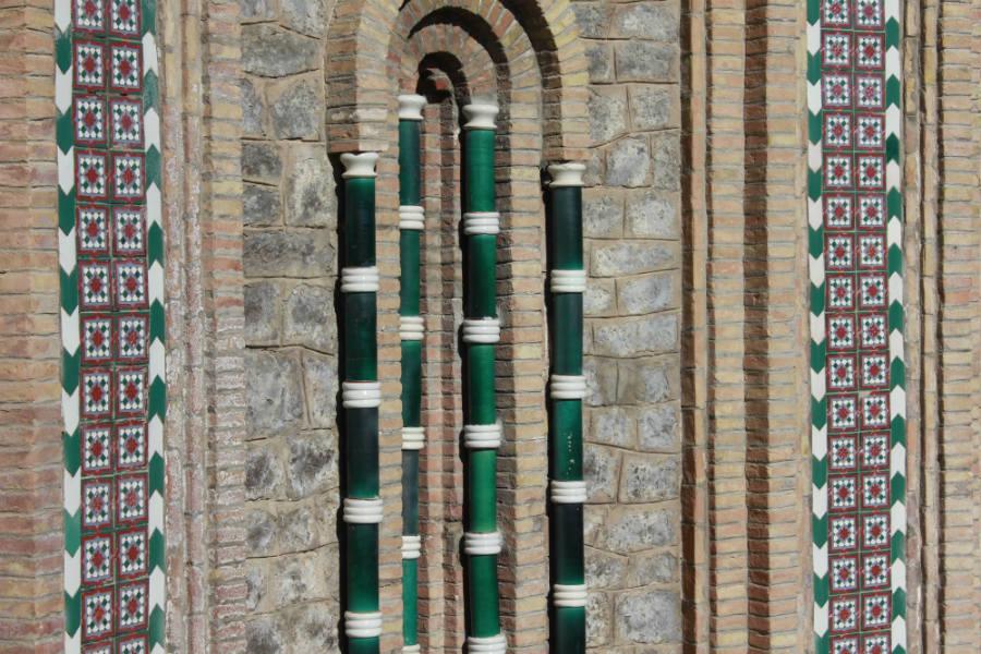Elementos decorativos cerámicos en un edificio de Teruel