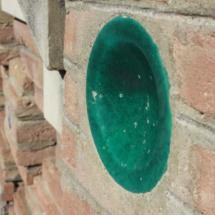 Elemento decorativo cerámico en un edificio de Teruel