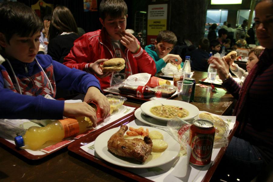 Almuerzo familiar en un restaurante de Dinópolis