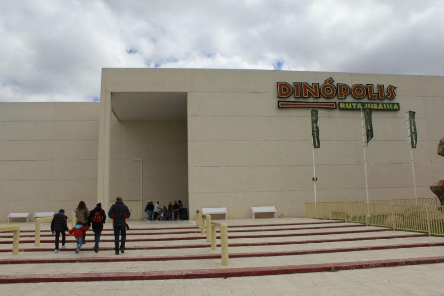 La entrada a Dinópolis no es muy atractiva...