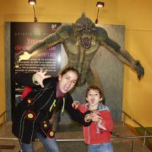 Los niños que visitan Dinópolis están encantados con sus monstruos