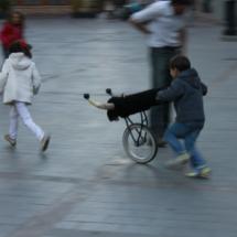 Niños jugando en una plaza de Teruel