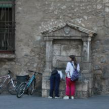 Niños 'repostando' en una fuente de Teruel