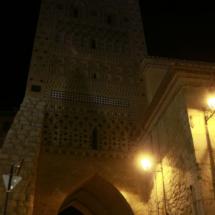 Vista nocturna de la torre mudéjar del Salvador, en Teruel