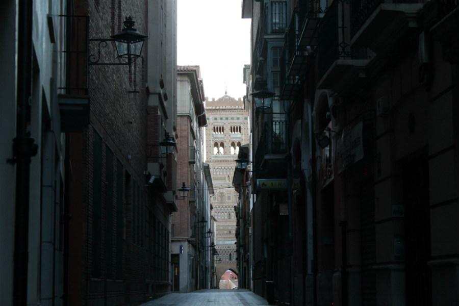 Calle de Teruel con la Torre mudéjar del Salvador al fondo