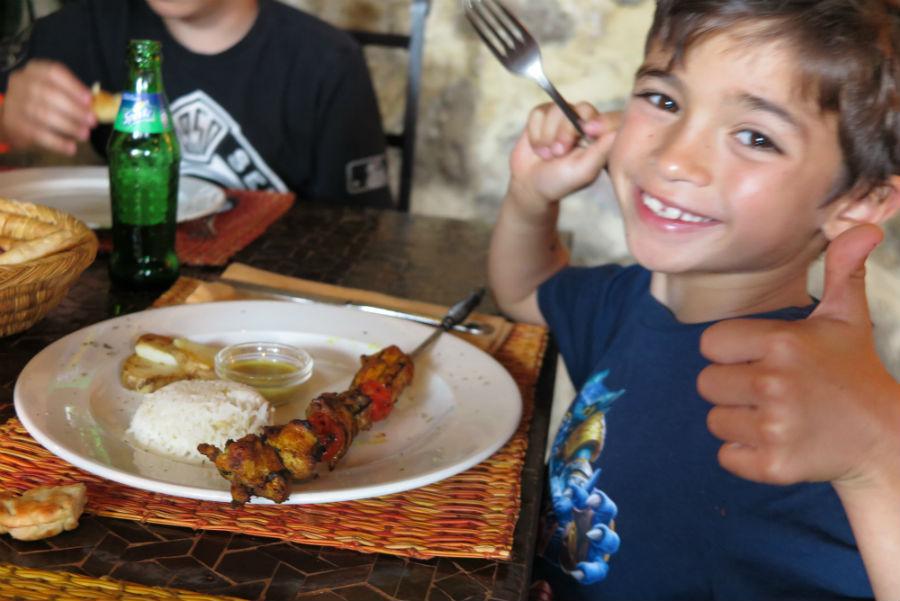 Los niños disfrutaron mucho de la comida árabe de El Jardín del Califa