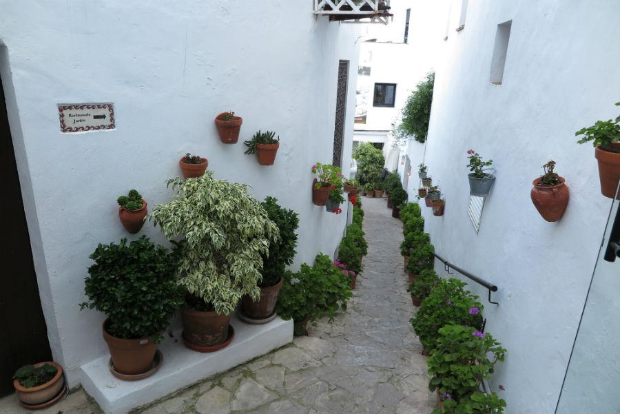 Por esta callecita se accede al restaurante El Jardín del Califa