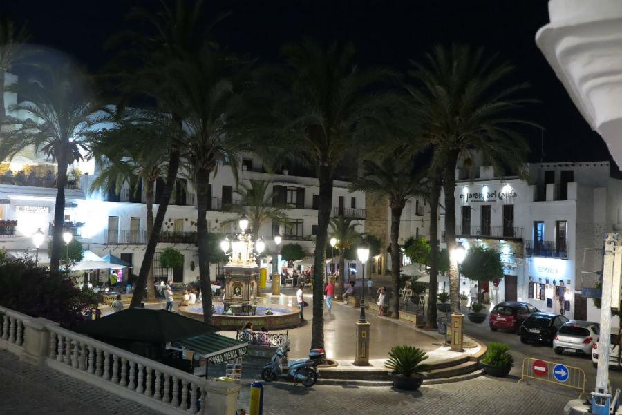 Plaza de Vejer de la Frontera, de noche.