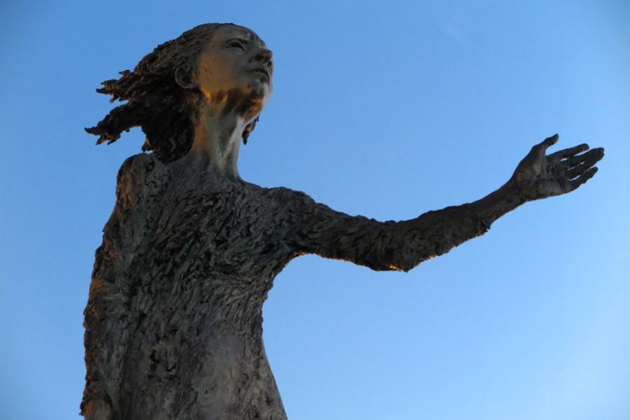 Escultura de 'La Madre del Emigrante', en Gijón