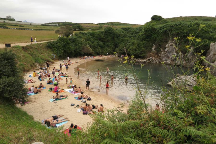 Playa de Gulpiyuri, una playa de interior en Llanes, Asturias