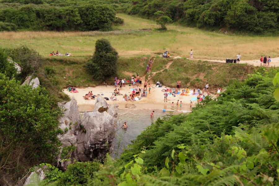 Vista de la Playa de Gulpiyuri en verano, en Asturias
