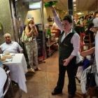 Camarera escanciando sidra en un restaurante de Oviedo