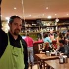 Camarero escanciando sidra en un restaurante de Oviedo