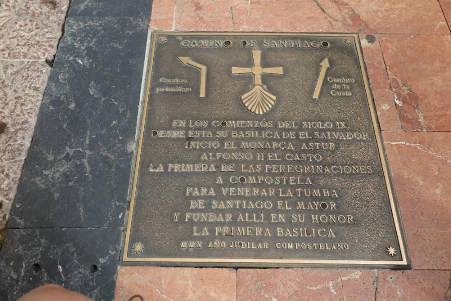 Indicador de la Catedral de Oviedo en el Camino de Santiago