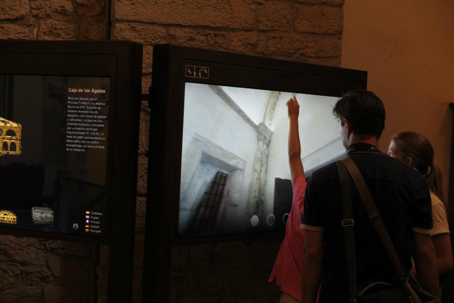 Explicación multimedia de la Cámara Santa en la Catedral de Oviedo