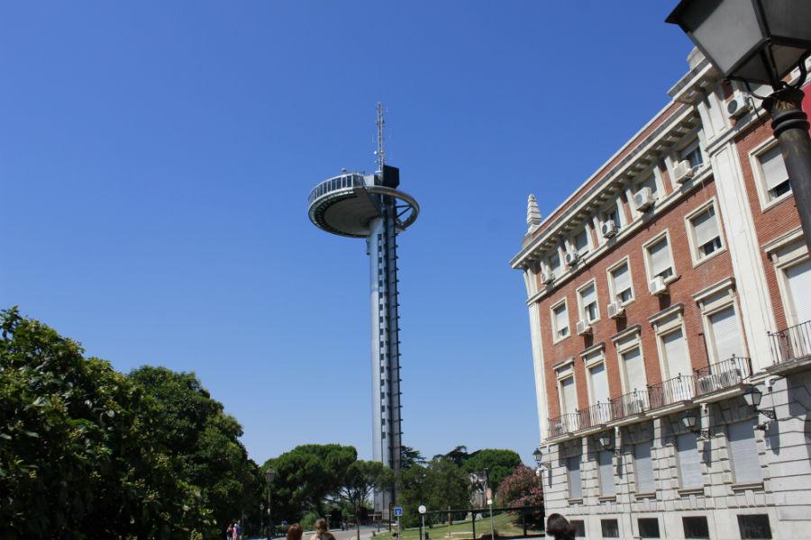 El Faro de Moncloa está frente al Museo de América