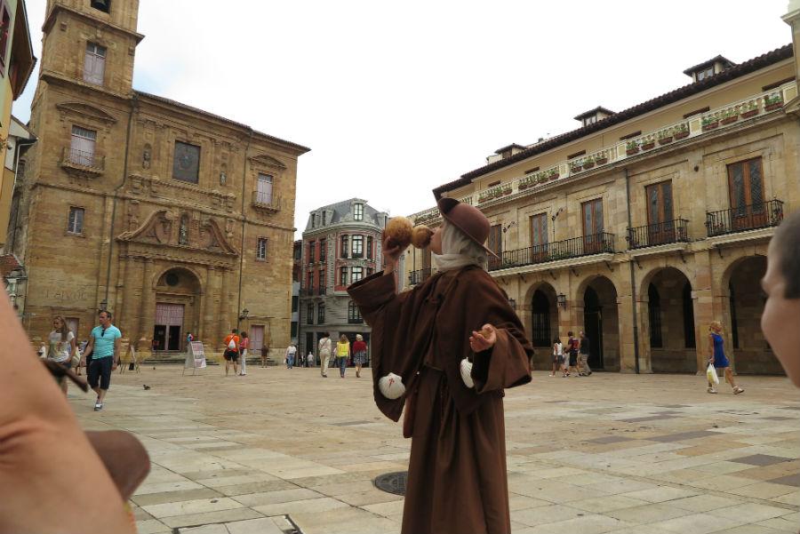 Visita teatralizada por los alrededores de la catedral de Oviedo