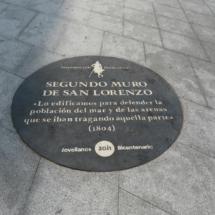 Placa conmemorativa en la playa de San Lorenzo de Gijón