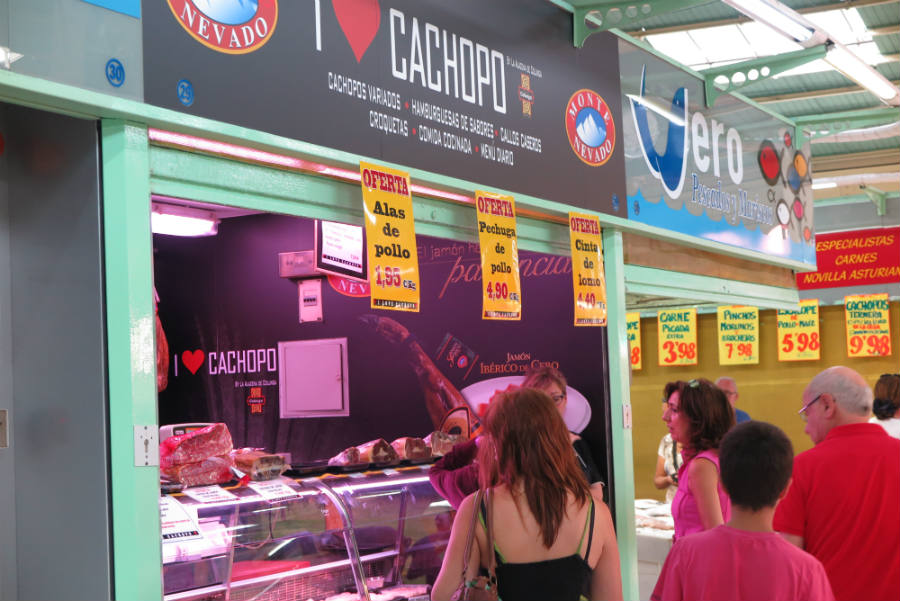 Puesto de venta de cachopos en Oviedo