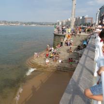 Playa de San Lorenzo, en Gijón, con marea alta
