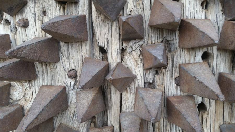 Clavos de la puerta del Castillo de Pedraza