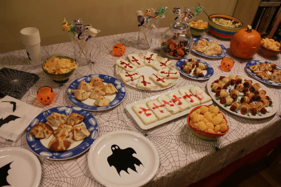 Mesa con platos de Halloween