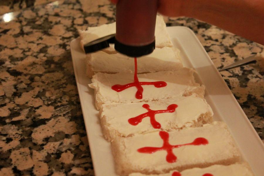 Preparación de los ataúdes de queso: dibuja una cruz con ketchup o sirope