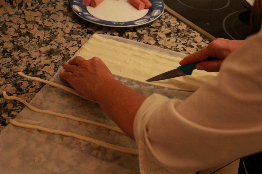 Momias de salchicha: cortar el hojaldre en tiras