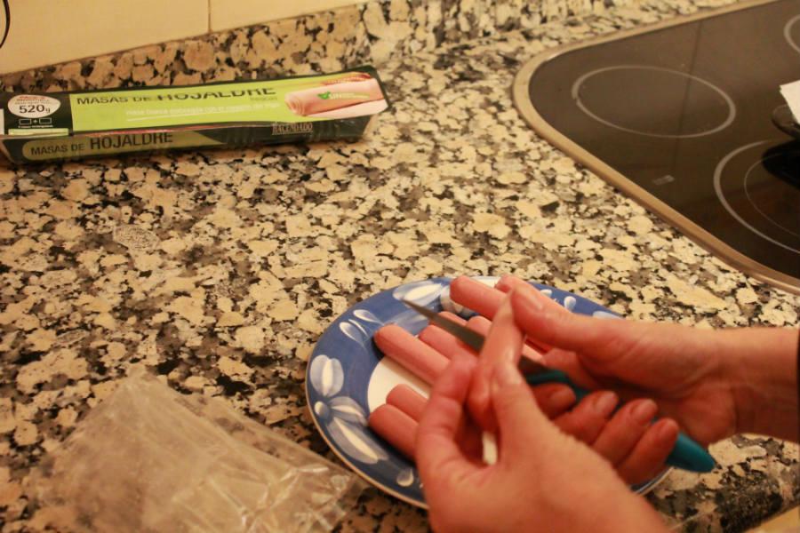 Momias de salchicha: cortar las salchichas