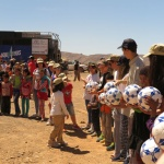 Descargando material escolar en El Desierto de los Niños