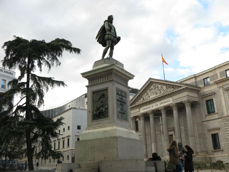 Estatua de Cervantes frente al Congreso de los Diputados, en Madrid
