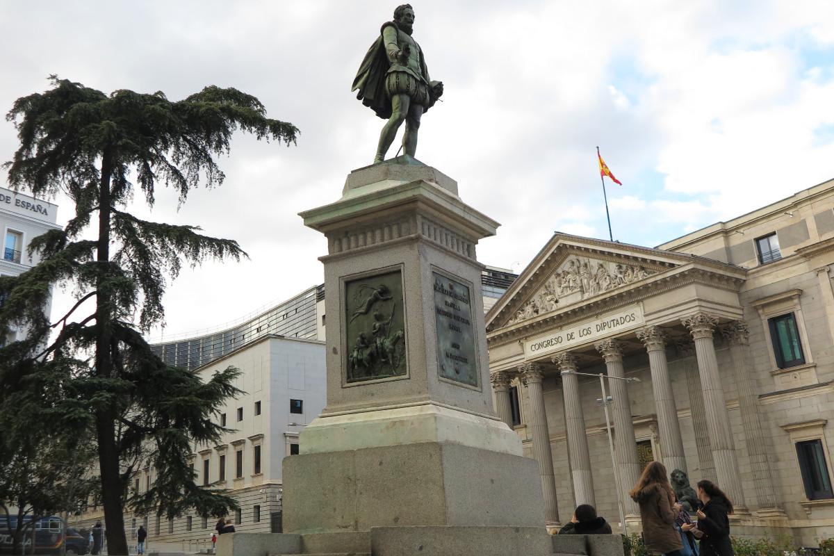 Estatua de Cervantes en la Plaza de las Cortes de Madrid