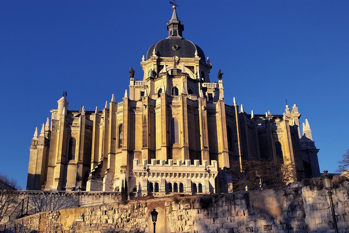 Vista de la Catedral de La Almudena desde las murallas de Madrid