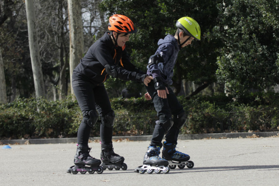 Aprender a patinar es una buena experiencia con los hijos