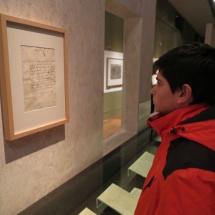 Documentos y dibujos en la exposición de Cervantes