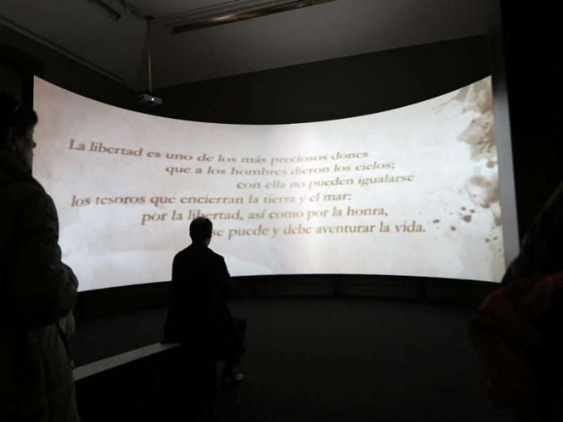 Pantalla cóncava con frases de Cervantes