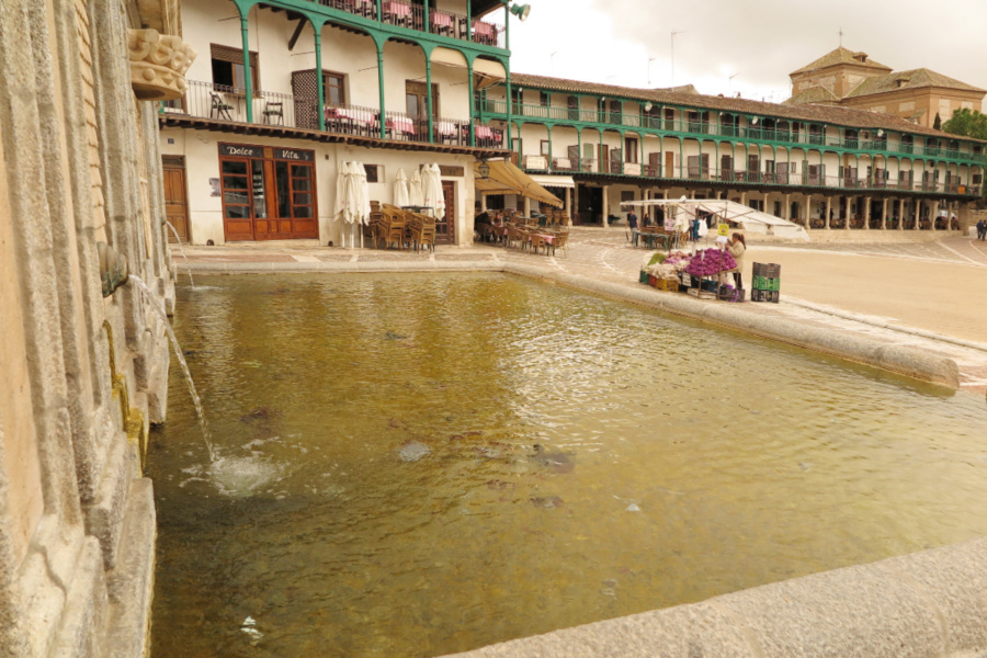 Plaza Mayor de Chinchón con su fuente en primer plano