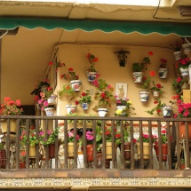 Balcón decorado con macetas de Chinchón