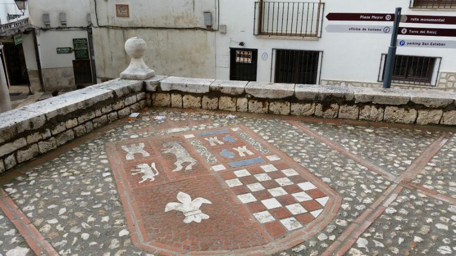 Escudo de mosaico en Chinchón