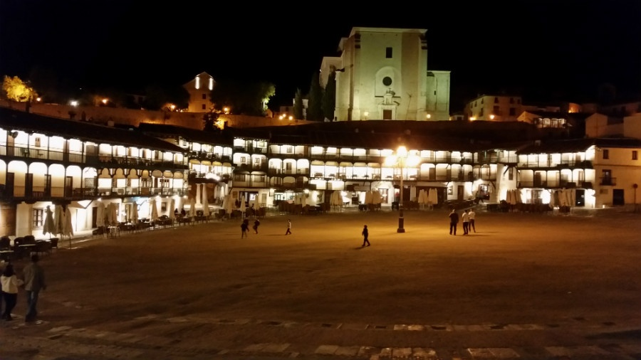 Vista nocturna de la Plaza Mayor de Chinchón