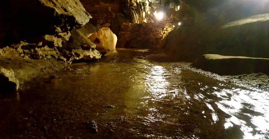 Río interior en la Cueva de Los Enebralejos