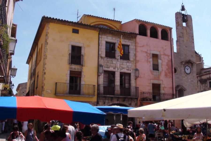 Plaza del Ayuntamiento de Torroella de Mongrí