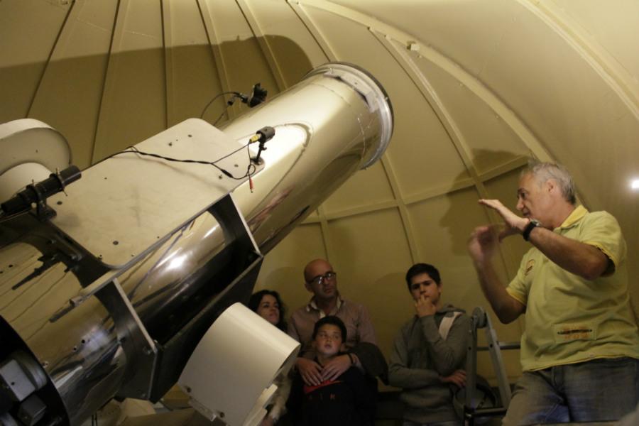 Visita familiar a Astrohita, para aprender a mirar las estrellas