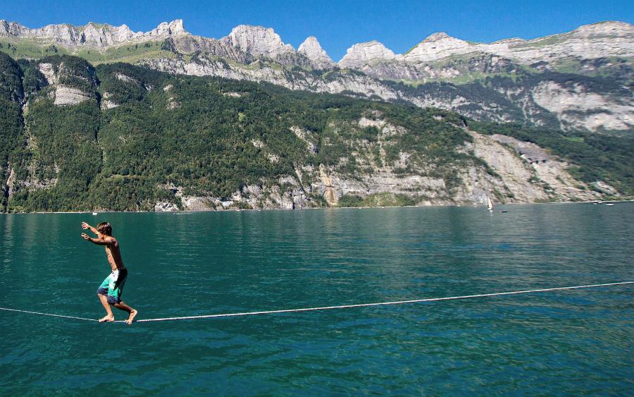 El slackline waterline se practica sobre el agua.