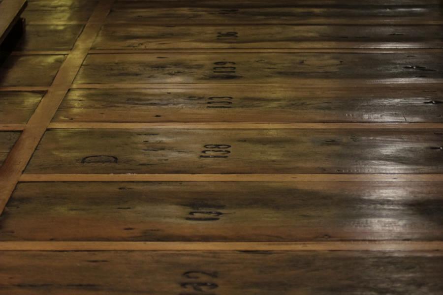 Suelo de madera de la Iglesia de San Cernín y de su pozo para bautismos