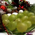 La tradición española en Nochevieja es comer las 12 Uvas de la Suerte con las 12 campanadas