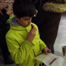 Los niños ponen a prueba su olfato reconociendo aromas