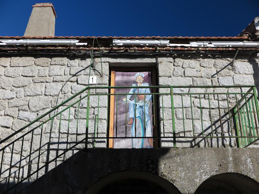 Ruta por las casas pintadas de Fresnedillas de la Oliva, en Madrid