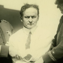 Houdini sujeto por dos oficiales de policía en 1923